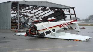 Texas, 26 août 2017. Un avion détruit par le passage de l'ouragan Harvey dans un aéroport, près de Fulton.