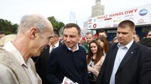 Ba Lan : Ông Andrzej Duda (G),cánh hữu, thắng cử trong cuộc bầu tổng thống vòng hai, 24/05/2015. Ảnh chụp tài Vacxava, 25/05/2015.