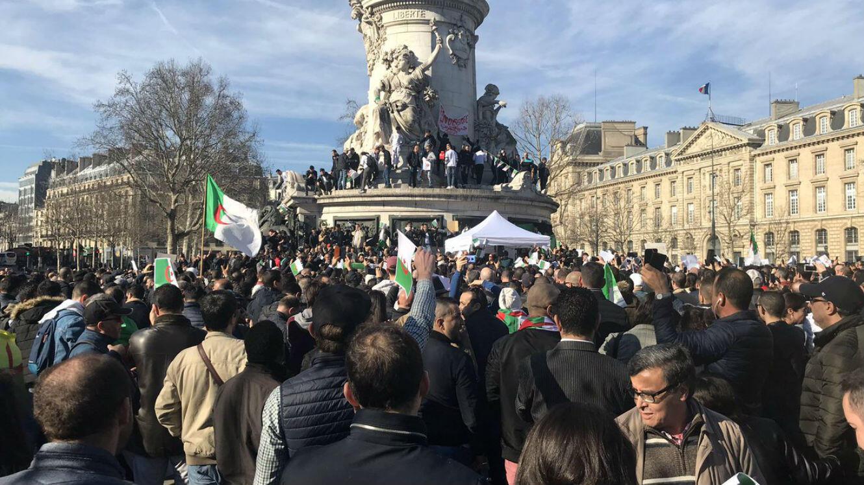 Plusieurs centaines de personnes se sont rassemblées dimanche 24 février à Paris contre un cinquième mandat d'Abdelaziz Bouteflika.