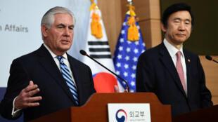 Ngoại trưởng Mỹ Rex Tillerson (T) và đồng nhiệm Hàn Quốc Yun Byung-Se trong cuộc họp báo tại Seoul, ngày 17/03/2017