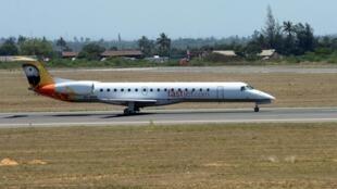 Um avião da Companhia Fastjet durante o voo inaugural entre Maputo e a Beira, realizado por uma companhia de capitais estrangeiros, no aeroporto de Maputo, em Moçambique, 03 de novembro de 2017.