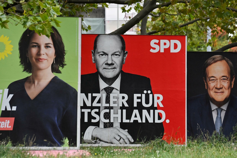 Vallas publicitarias muestran a los candidatos en las elecciones alemanas Annalena Baerbock, Olaf Scholz y Armin Laschet, el 25 de septiembre de 2021 en Berlín
