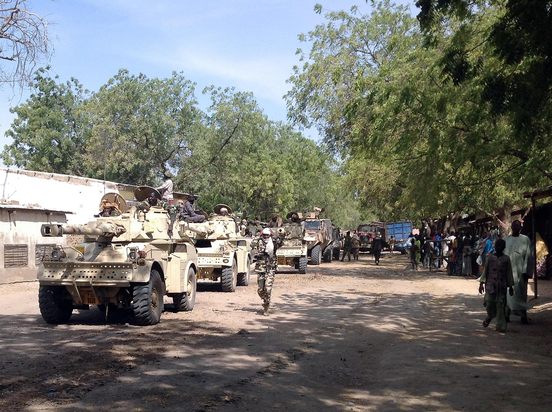 Des soldats camerounais patrouillent à bord de véhicules militaires dans la commune de Fotokol, à la frontière du Nigeria, le 3 février 2015.
