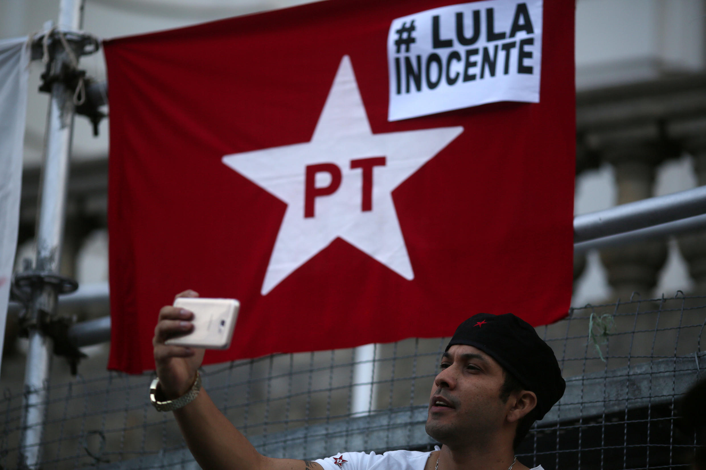 Un homme prend un selfie devant le drapeau du parti travailliste (PT) sur lequel est inscrit «Lula innocent», ce jeudi 20 juillet, à Rio de Janeiro, au Brésil, lors d'une manifestation contre la condamnation de l'ancien président.