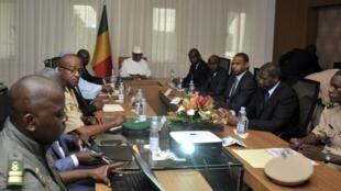 Rais Ibrahim Boubacar Keïta akiongoza kikako cha baraza la usalama la kitaifa baada ya shambulio dhidi ya kambi ya jeshi ya Nampala, Jumanne, Julai 19, 2016.