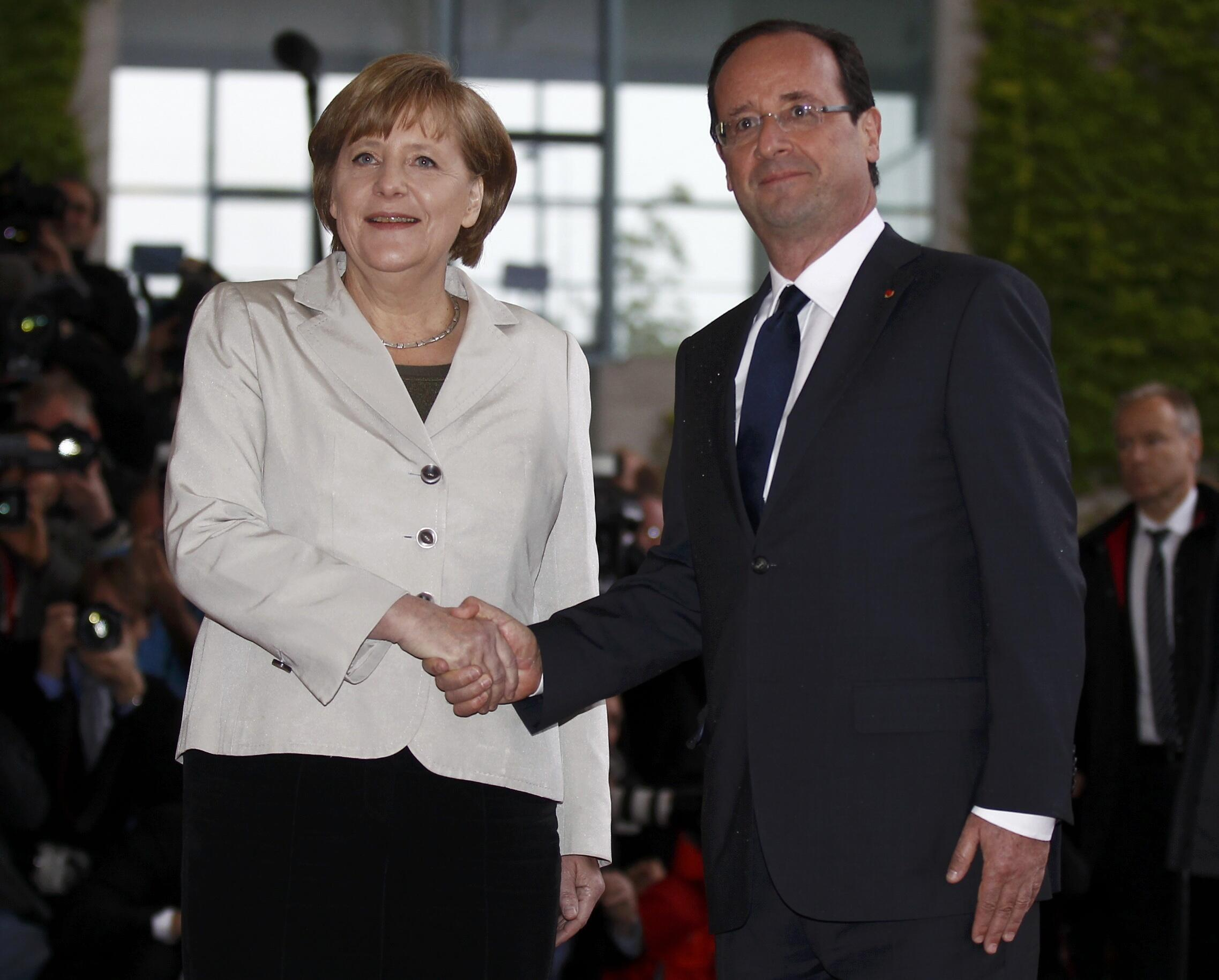 Germany's Angela Merkel (L) agrees with France's François Hollande (R) on the transactions tax but not on eurobonds