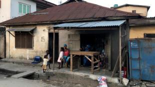 Một cửa hàng may sửa quần áo ở Kemi Adepoju thời dịch bệnh Covid-19, Lagos, Nigeria. Ảnh chụp ngày 05/04/2020