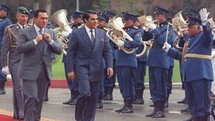 Les présidents égyptien Hosni Moubarak (G), et tunisien Zine el Abidine Ben Ali, lors d'une visite officielle de ce dernier au Caire le 6 mars 1990.