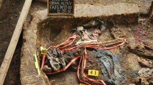 Les restes d'une disparue retrouvés dans une fosse commune, réunis par les anthropologues du FAFG, dans la municipalité de Coban, le 12 mai 2012.