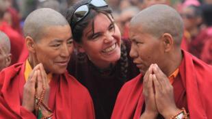 Caroline Riegel a rencontré, il y a 10 ans, 11 nonnes bouddhistes de la vallée du Zanskar. En 2012, elles ont décidé de parcourir ensemble l'Inde pendant 4 mois, de l'Himalaya à Nicobar.
