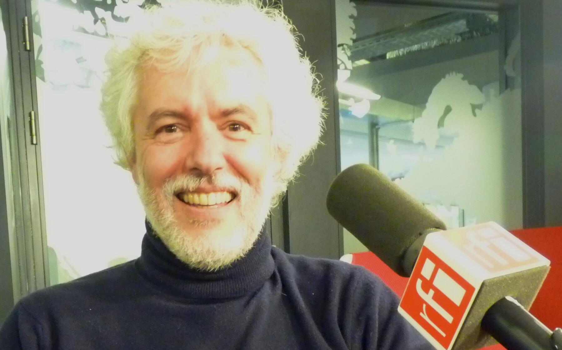 El laudista y director de orquesta argentino Eduardo Egüez en los estudios de Radio Francia Internacional.