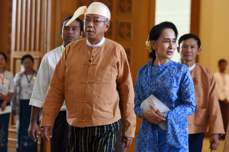 Tân tổng thống Miến Điện Htin Kyaw cùng với bà Aung San Suu Kyi tại Quốc Hội Miến Điện ngày 30/03/2016 ở Naypyidaw.