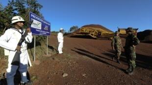 Militares bolivianos ocupan el terreno de Jindal Steel & Power en Mutún, en julio de 2012.