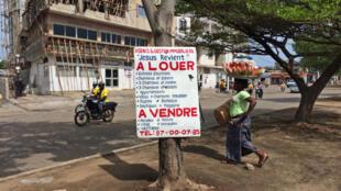 Grâce à une loi votée à l'unanimité au Bénin l'augmenation  les loyers est limitée à 2% par an et pas avant 3 ans d'occupation par le locataire.
