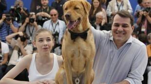 """Buddy, um dos intérpretes de Hagen, em Cannes ao lado do diretor Kornel Mundruczo e da atriz Zsofia Psotta, de """"White God""""."""