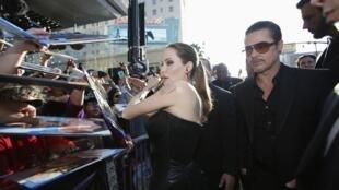 """Бред Питт и Анджелина Джоли общаются с фанатами перед премьерой фильма """"Малефисента"""", Голливуд, 28 мая 2014 г."""