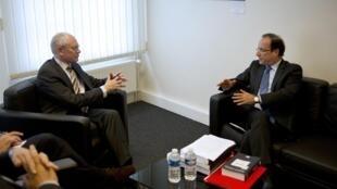 Ontem, Herman Van Rompuy (e), presidente do Conselho Europeu, disse a Hollande que não é boa ideia renegociar o pacto fiscal.