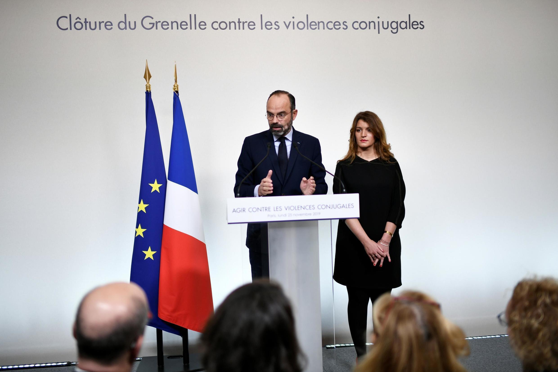 Primeiro-ministro francês Edouard Philippe e a secretária de Estado Marlene Schiappa em Paris a 25 de Novembro de 2019.