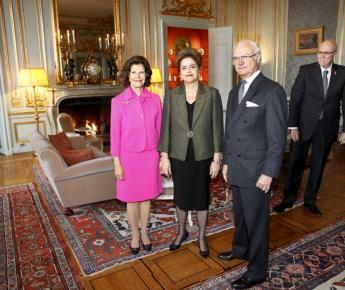 A Rainha Silvia (à esq.) e o rei Carlos Gustavo, da Suécia, ao lado da presidente Dilma Rousseff, no Palácio Real de Estocolmo em 18 de outubro de 2015.