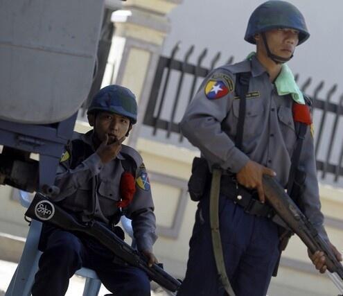 Cảnh sát Miến Điện canh phòng bên cạnh mỏ đồng Trung Quốc ở Monywa.