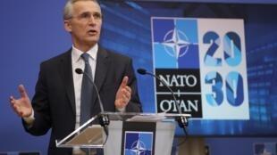 Jens Stoltenberg habla durante la rueda de prensa que dio antes de una reunión de ministros de Defensa de la OTAN, el 15 de febrero de 2021 en Bruselas
