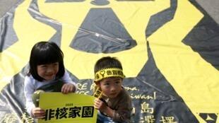Các em nhỏ cũng tham gia vào cuộc biểu tình chống hạt nhân ngày 14/3/2015 tại Đài Bắc.