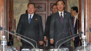 Bộ trưởng bộ Thống Nhất Hàn Quốc Cho Myoung Gyon (P) và đại diện phái đoàn Bắc Triều Tiên Ri Son Gwon (T) tại cuộc họp Liên Triều, làng Bàn Môn Điếm, ngày 29/03/2018.