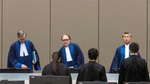 Les juges de la CPI après avoir rendu leur verdict concernant la fuite d'Omar el-Béchir d'Afrique du Sud, à La Haye, le 6 juillet 2017.