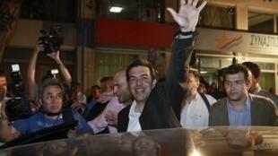 Alexis Tsipras, chef du parti de gauche radicale Syriza, remercie ses partisans à Athènes, le 6 mai 2012.
