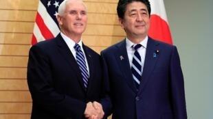 Le vice-président américain Mike Pence, en compagnie du Premier ministre japonais Shinzo Abe, le 13 novembre 2018 à Tokyo.