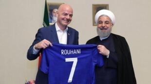 جیانی اینفانتینو، رییس فدراسیون جهانی فوتبال، فیفا، پیراهن شماره ۷ را به حسن روحانی اهدا کرد