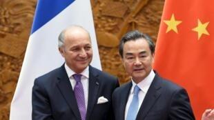 Le ministre français des Affaires étrangères, Laurent Fabius (g.), et son homologue chinois Wang Yi, le 15 mai à Pékin.