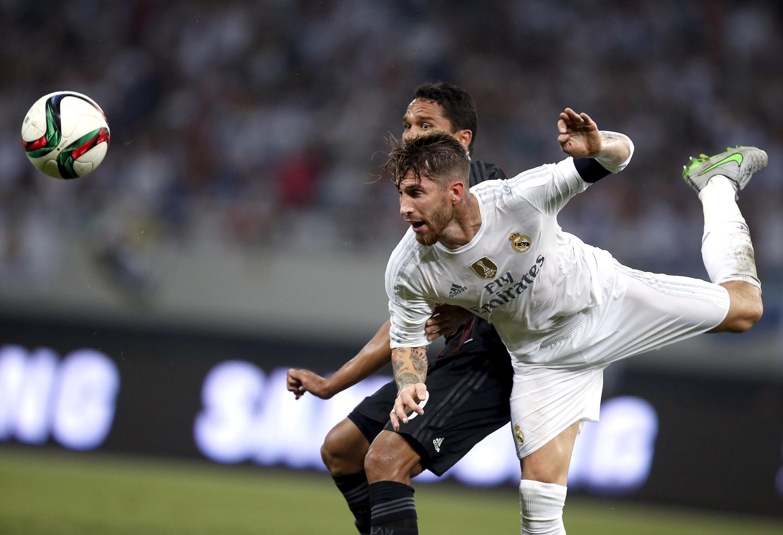Carlos Bacca na AC Milan na gumurzu da Sergio Ramos na Real Madrid a wasan share fagen kaka