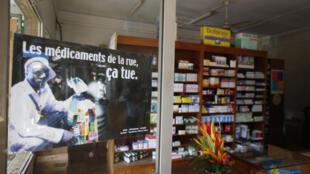 Dans une pharmacie togolaise, une affiche avertie du danger des faux médicaments vendus dans la rue. (Juillet 2009)