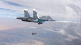 Un chasseur-bombardier biréacteur russe Su-34 largue une bombe au-dessus de la Syrie.