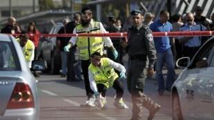 Sur les lieux de l'attaque qui a grièvement blessé un soldat israélien à Tel-Aviv, lundi 10 novembre.