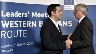 Chủ tịch Ủy ban Châu Âu Jean-Claude Juncker (P) và Thủ tướng Hy Lạp Alexis Tsipras tại Bruxelles ngày 25/10/2015.