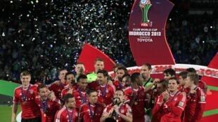 O francês Franck Ribéry beija o troféu de campeão do Mundial de Clubes da Fifa, neste sábado, 21 de dezembro.
