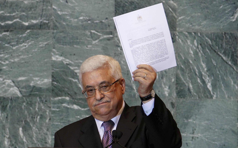 Tổng thống Palestine Mahmoud Abbas giơ cao bản sao lá thư gởi đến Tổng thư ký Liên Hiệp Quốc đòi hỏi tư cách thành viên toàn phần của tổ chức quốc tế này.