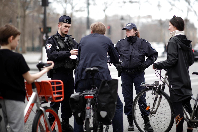 法國警方檢查行人出行 2020年3月22日照片