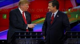 Os aspirantes à Casa Branca Donald Trump (esquerda) e Ted Cruz conversam durante o debate em Las Vegas.