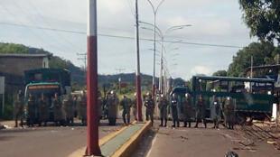 Soldados venezuelanos bloqueiam a entrada da prisão de Puerto Ayacucho depois que 37 pessoas morreram em confronto com as forças especiais.