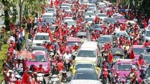 Des « chemises rouges » se dirigent vers le centre de Bangkok, le 6 avril 2010.