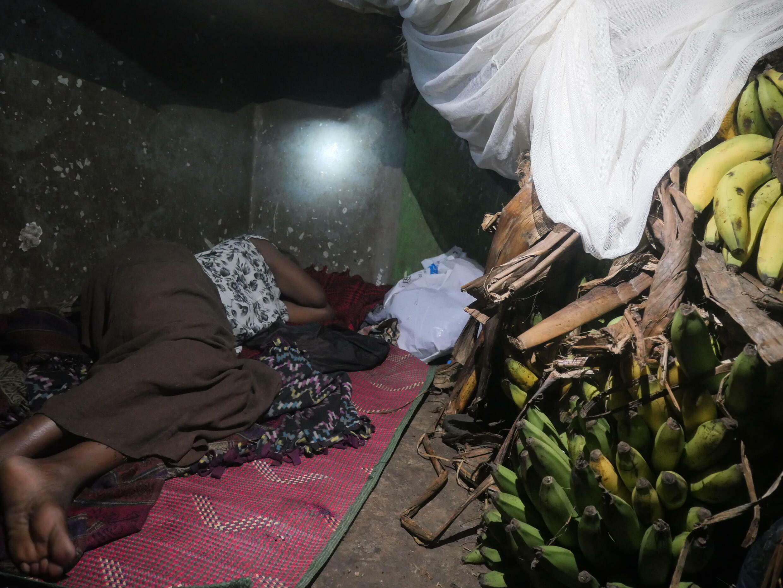 Les vendeurs du marché de Nakawa dorment sur leur lieu de travail depuis le début du confinement, mi-juin.