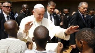 A Bangui, ce 29 novembre, le pape François bénit de jeunes enfants;