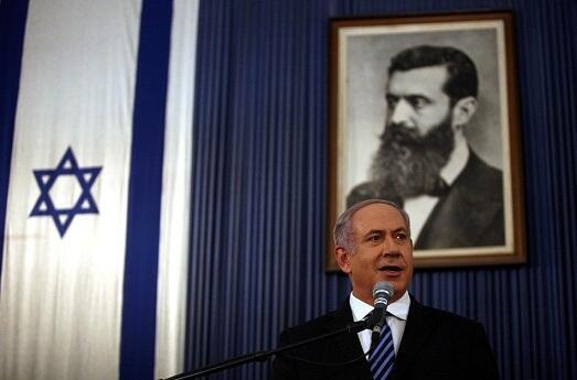 بنیامین نتانیاهو، در زیر تصویر تئودور هِرتْسِل، بنیانگذار جنبش صهیونیسم