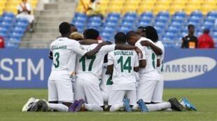 L'équipe du Niger priant avant sa rencontre face à la Tunisie.