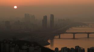 Le soleil se lève sur Séoul, la capitale coréenne en proie aux nuages de pollution, en mars 2017.
