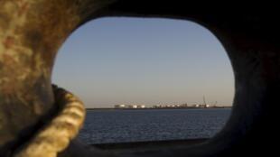 Vista general sobre un muelle petrólero iraní en el estrecho de Hormuz. Enero de 2012.