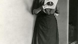 Femme portant une jupe, 1911